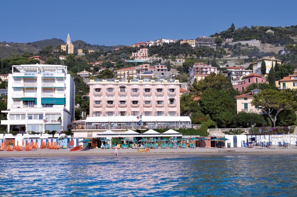 Hotel regina sul mare alassio savona for Hotel barcellona sul mare
